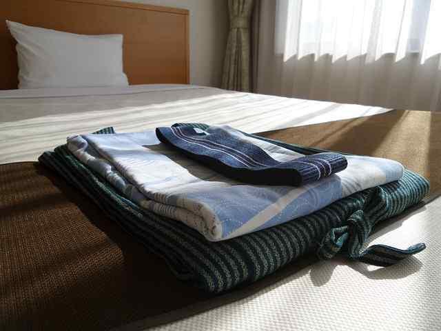 Kimono de hombre doblado encima de la cama